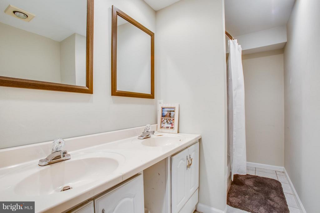 Full bath with double vanity on lower level - 8 IDYLWOOD PL, STAFFORD