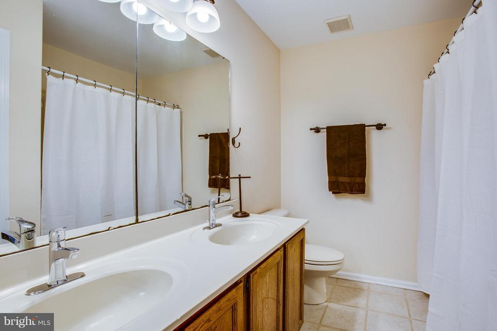 Double vanity and upgraded fixtures in hall bath - 8 IDYLWOOD PL, STAFFORD