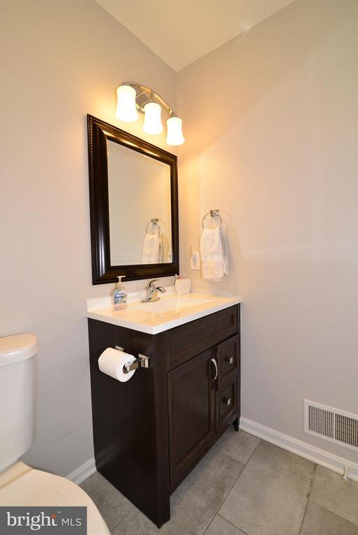 Upper Level Bathroom - 930 SMARTTS LN NE, LEESBURG