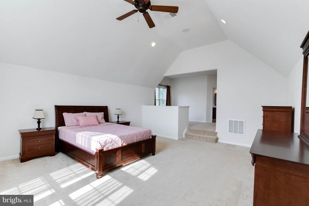 Master bedroom with sitting area - 25287 JUSTICE DR, CHANTILLY