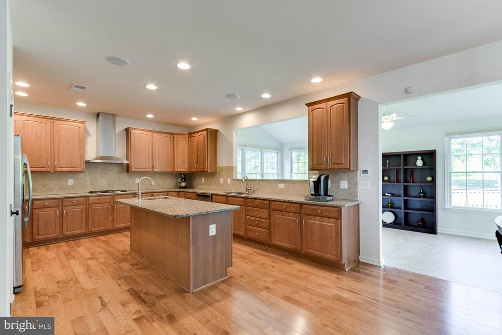 Tons of cabinets and hardwood floors - 25287 JUSTICE DR, CHANTILLY