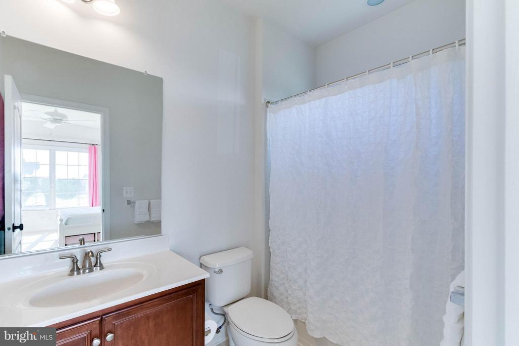 Princess suite bathroom - 25287 JUSTICE DR, CHANTILLY