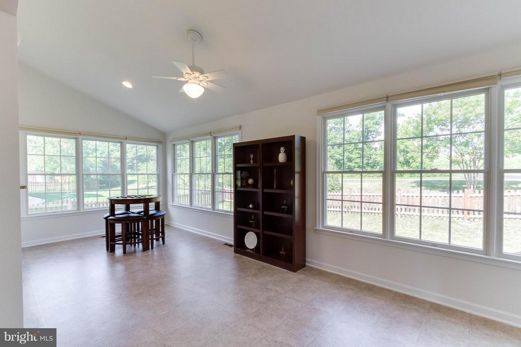 Sun room filled with light - 25287 JUSTICE DR, CHANTILLY