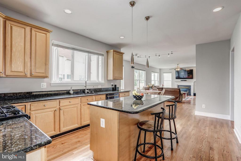 Kitchen Island with sitting space - 5109 WHISPER WILLOW DR, FAIRFAX