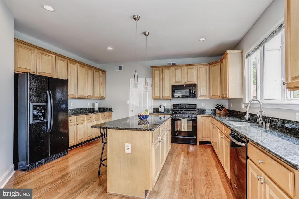 Ample kitchen with lots of natural light - 5109 WHISPER WILLOW DR, FAIRFAX