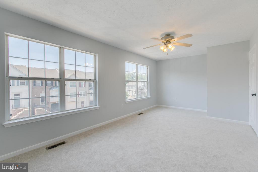 Lots of natural light - 508 WATERS COVE CT, STAFFORD
