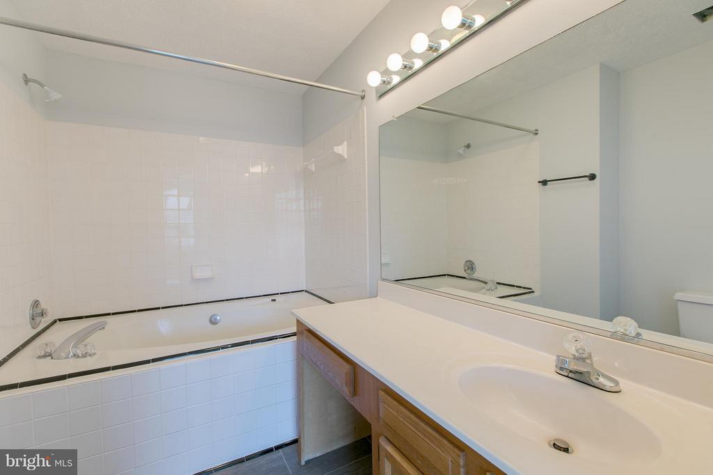 Master bath with large garden tub - 508 WATERS COVE CT, STAFFORD