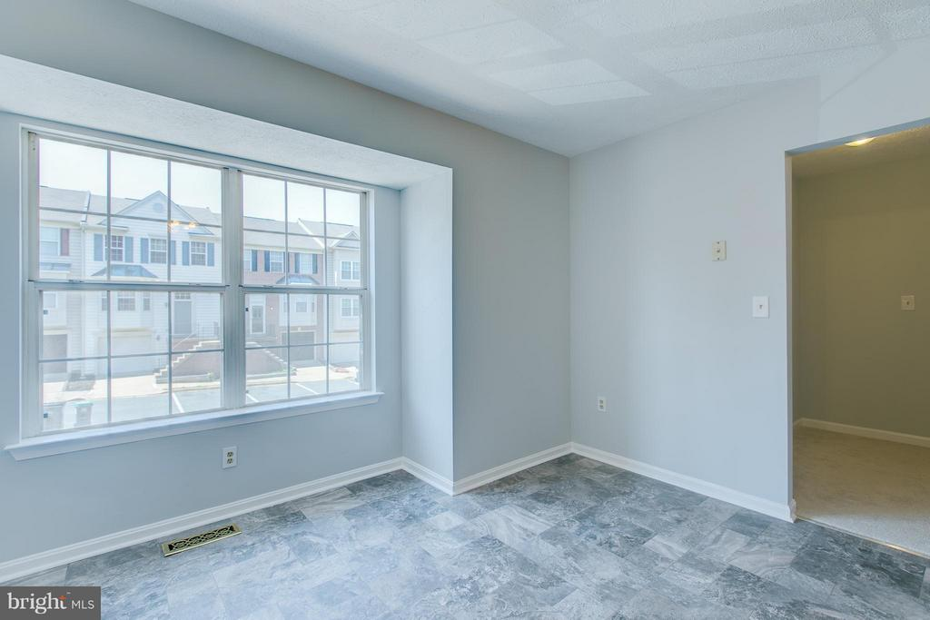 Room for a kitchen table in bay window - 508 WATERS COVE CT, STAFFORD