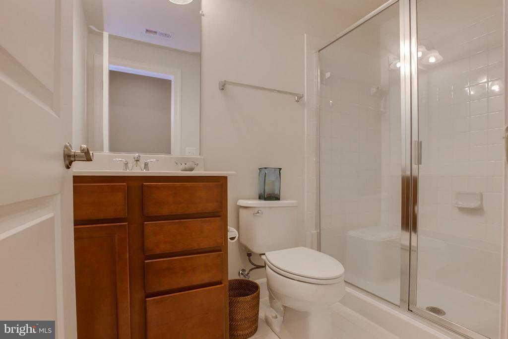 Full Bathroom - 9 ECHOLS LN, STAFFORD