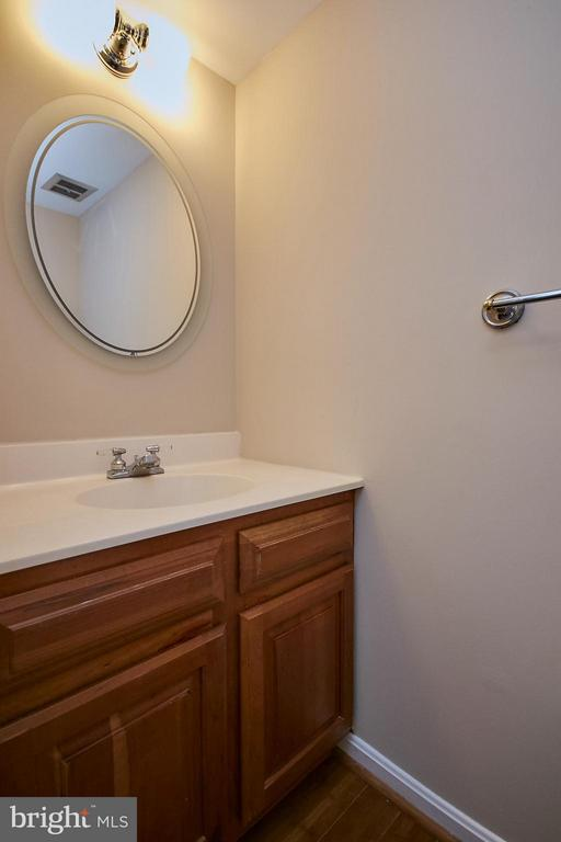 Main Level Powder Room - 3367 WHIPPLE CT, ANNANDALE