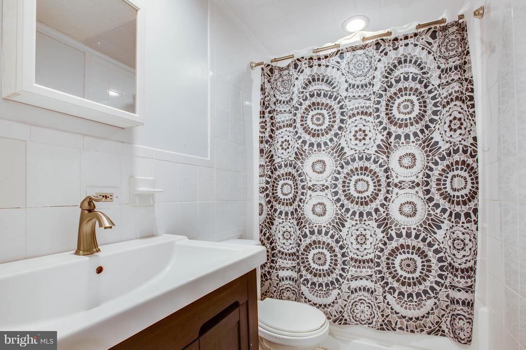 Full bath in basement - 10 WILLOW GLEN CT, STAFFORD