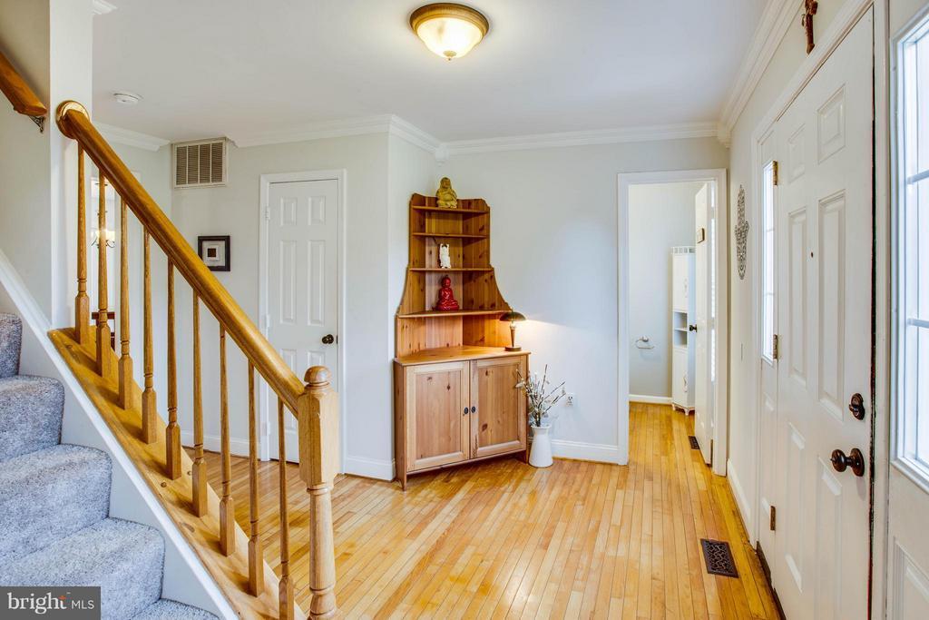 Foyer with hardwood floors - 10 WILLOW GLEN CT, STAFFORD