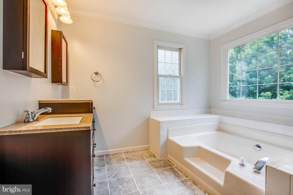 New double vanity in master bathroom - 10 WILLOW GLEN CT, STAFFORD