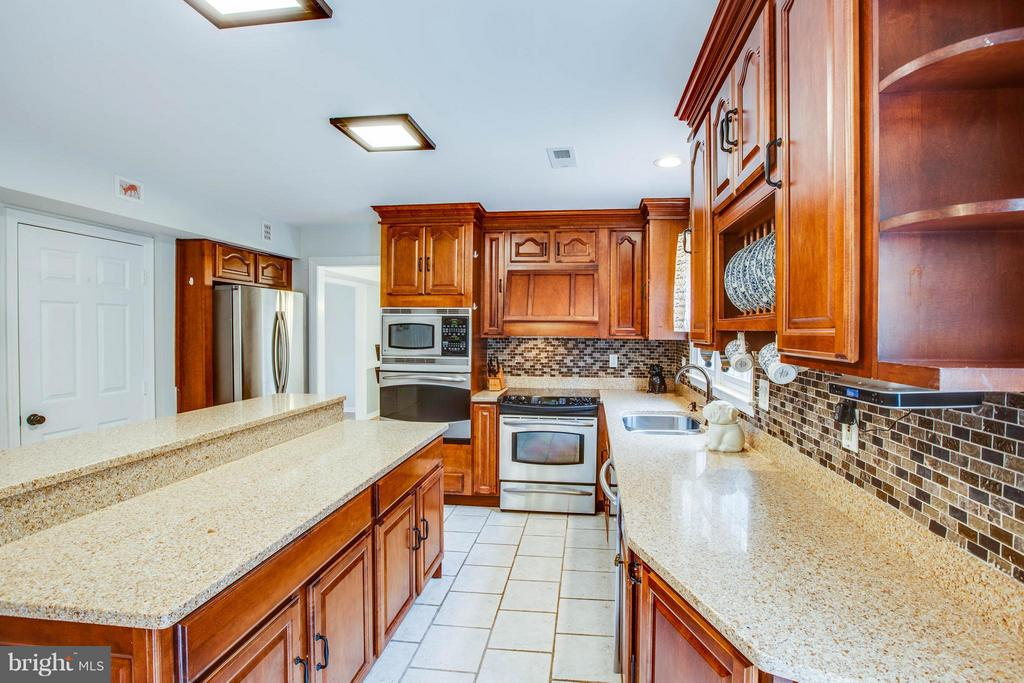 Granite counters and stainless steel appliances - 10 WILLOW GLEN CT, STAFFORD