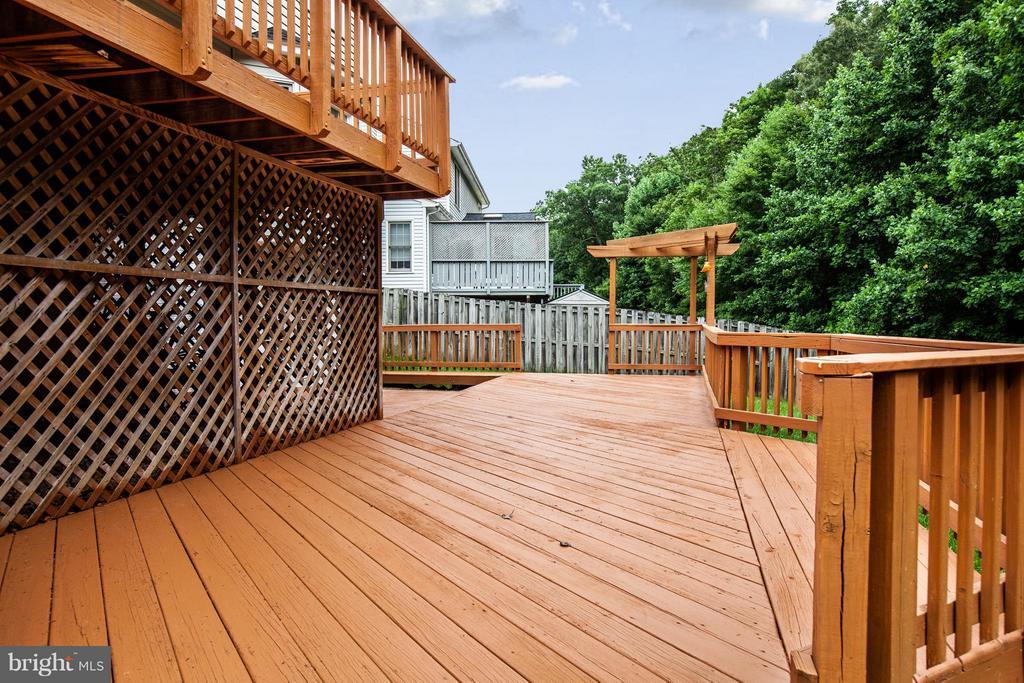 Multi-level deck! - 10 WILLOW GLEN CT, STAFFORD