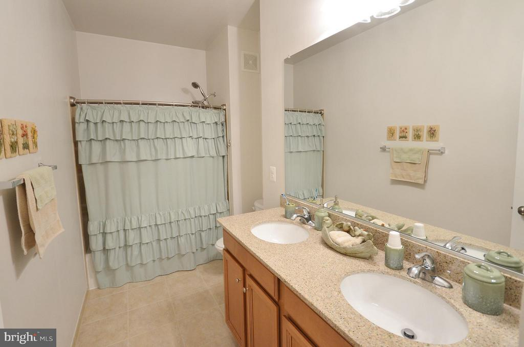 Luxury Master Bath w/ Dual Sinks and Ceramic Tile - 19442 DIAMOND LAKE DR #19442, LEESBURG
