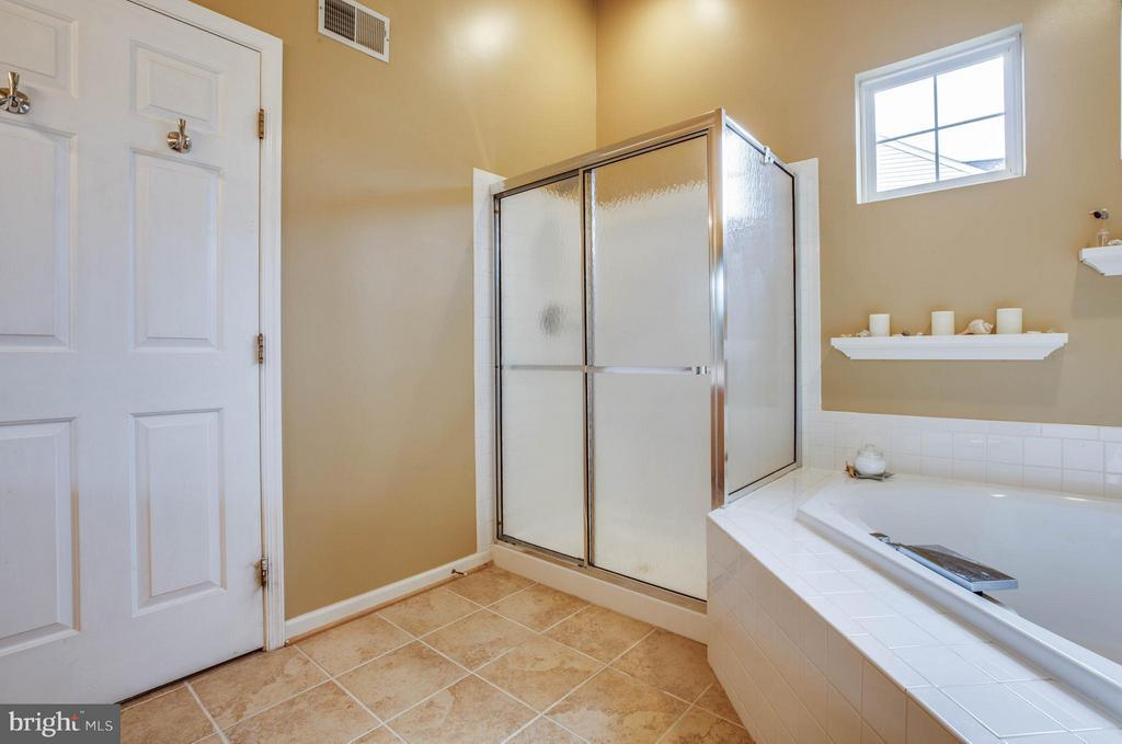 Spa day! Relax in soaking tub and separate shower - 4 KLINE CT, STAFFORD