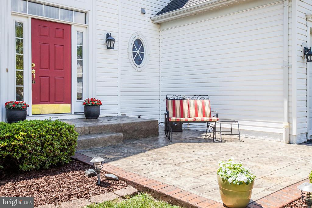 Relax on the patio and the enjoy quiet cul-de-sac - 4 KLINE CT, STAFFORD