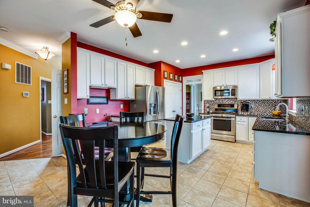 Eat-in kitchen is perfect for casual meals - 4 KLINE CT, STAFFORD