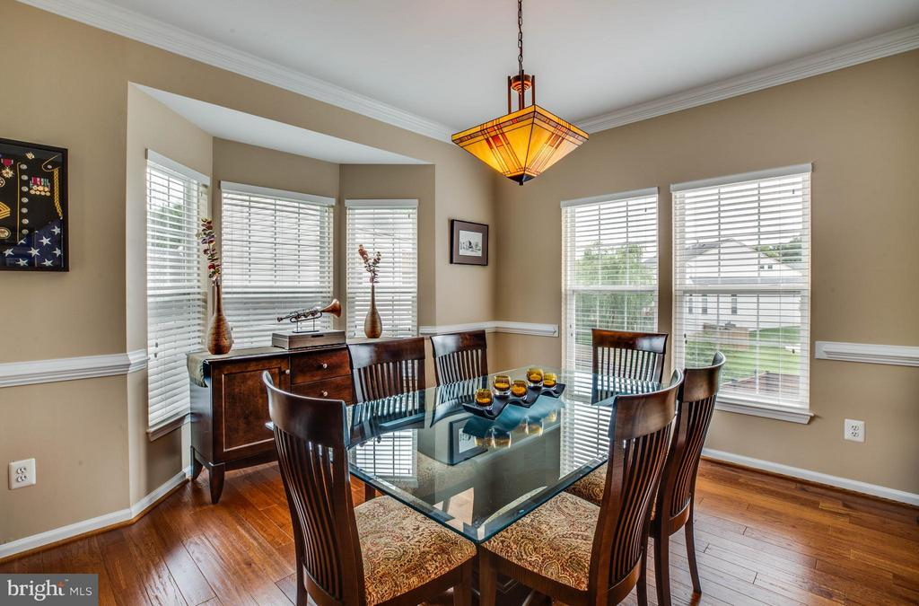 Bay window and crown & chair molding in dining - 4 KLINE CT, STAFFORD
