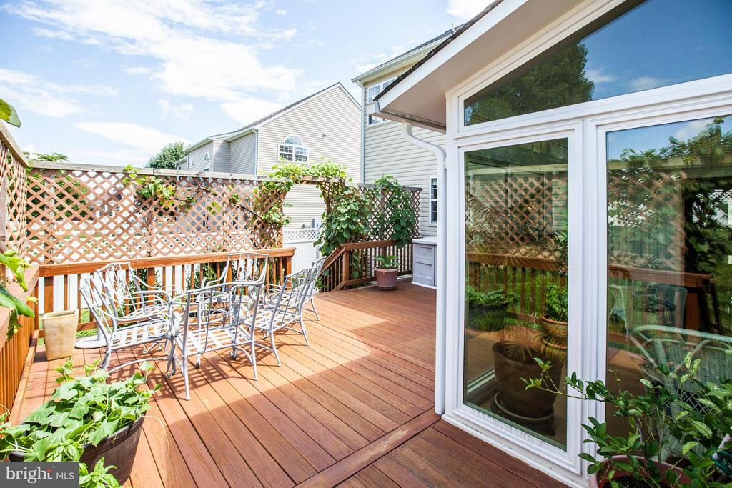 Large deck is perfect for al fresco dining! - 7 GALLERY RD, STAFFORD