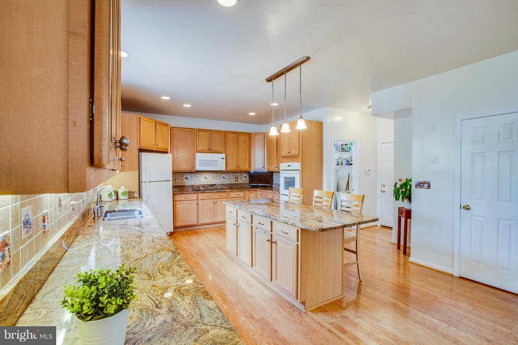 Spacious!  Granite counters and tile backsplash! - 7 GALLERY RD, STAFFORD
