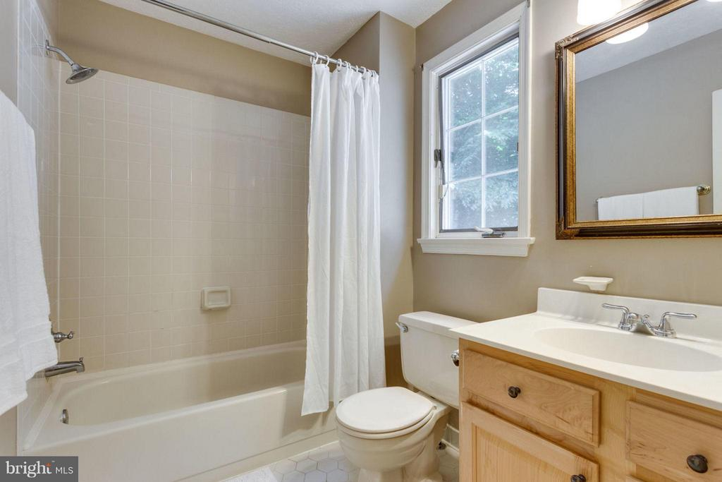 Master bath shower/tub combo and extra sink - 7314 JENNA RD, SPRINGFIELD