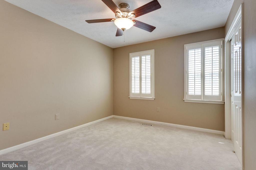 Guest bedroom w/plantation shutters - 7314 JENNA RD, SPRINGFIELD