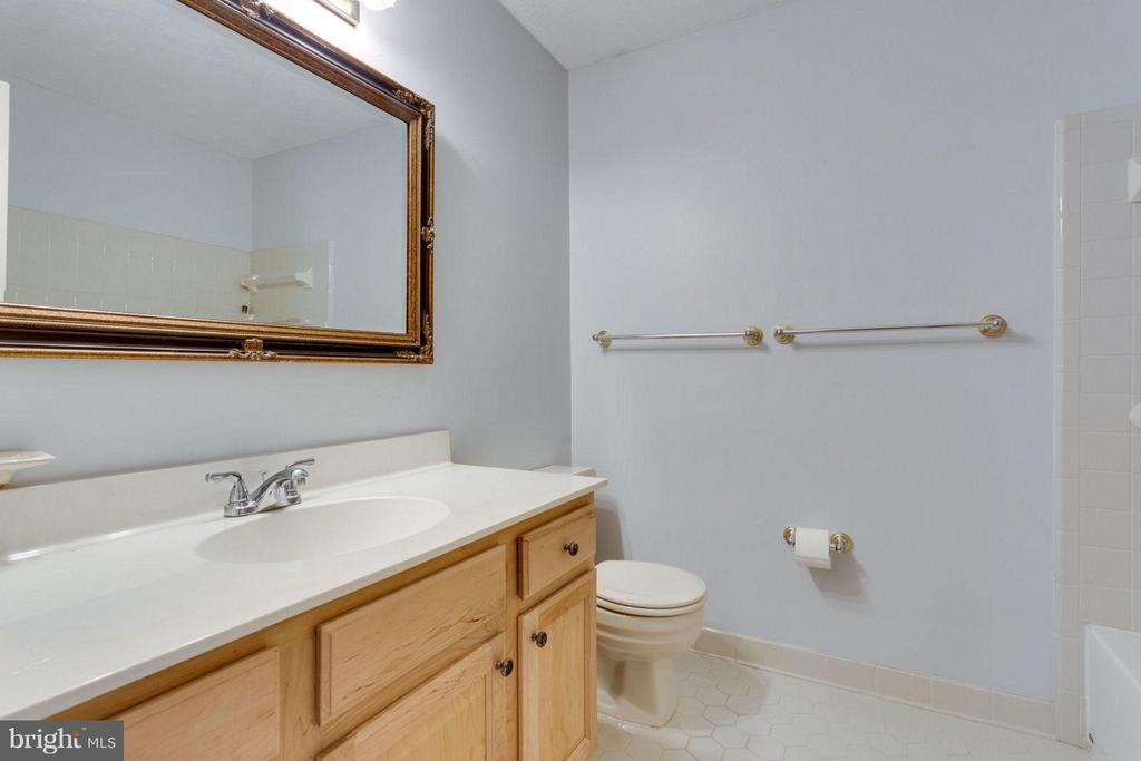 Guest bathroom w/shower/tub combo - 7314 JENNA RD, SPRINGFIELD