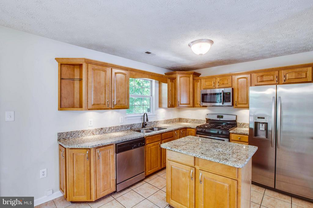 Stainless appliances and granite counters, oh my! - 1204 KINGS CREST DR, STAFFORD