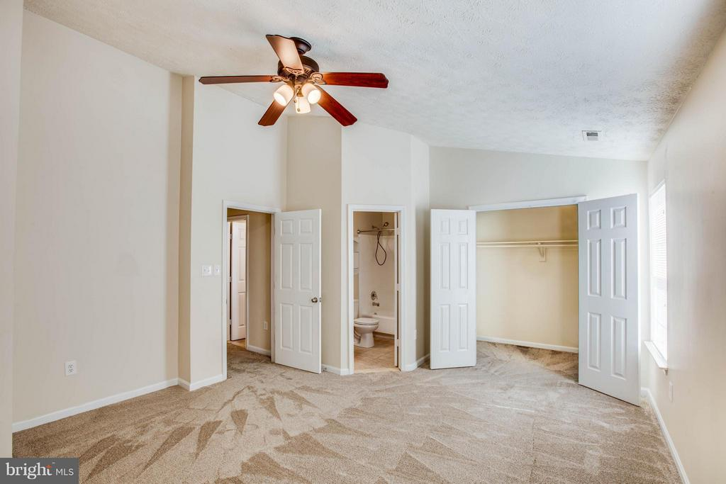 Open and airy master with walk in closet - 1204 KINGS CREST DR, STAFFORD