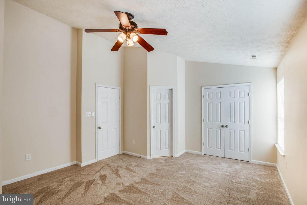 Getaway! Upgraded vaulted ceiling in master bed! - 1204 KINGS CREST DR, STAFFORD