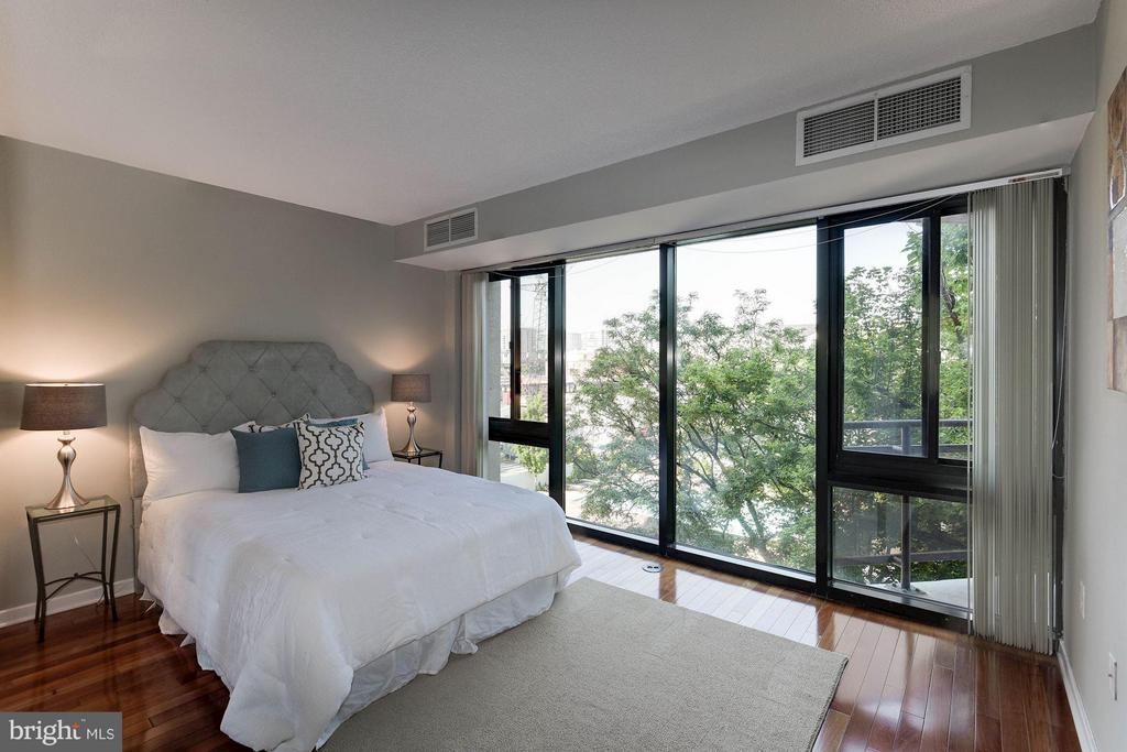 Spacious master bedroom - 1530 KEY BLVD #410, ARLINGTON