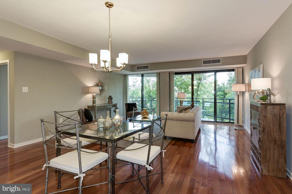Gorgeous living room with floor-to-ceiling windows - 1530 KEY BLVD #410, ARLINGTON