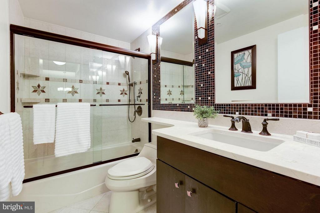 Updated bathroom w/ dimmable vanity lights - 1530 KEY BLVD #410, ARLINGTON