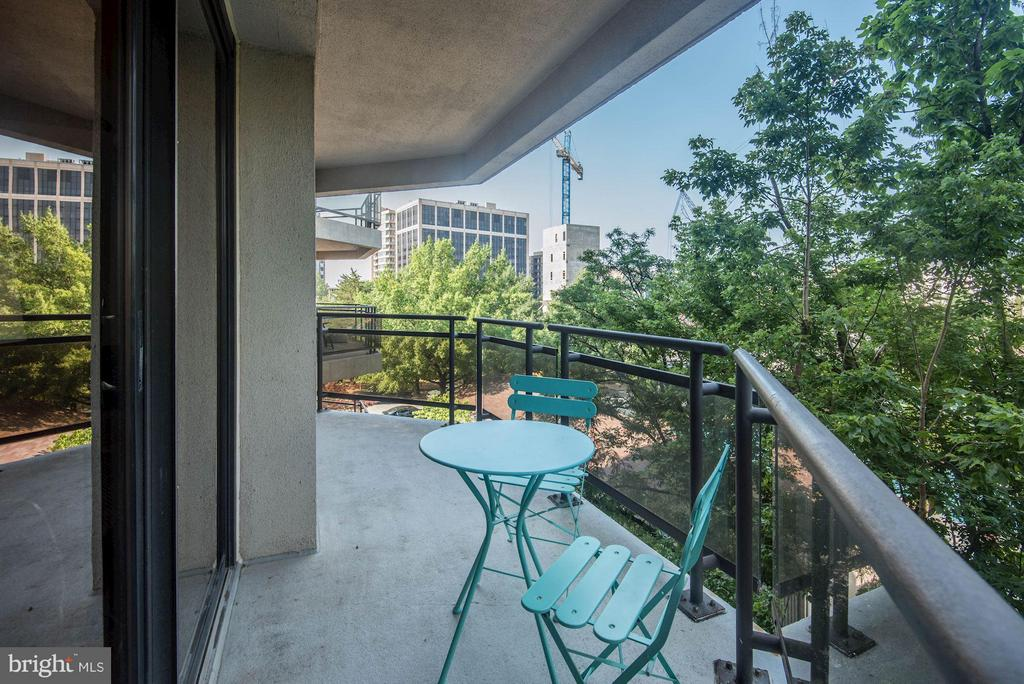 Large balcony that can fit plenty of furniture - 1530 KEY BLVD #410, ARLINGTON