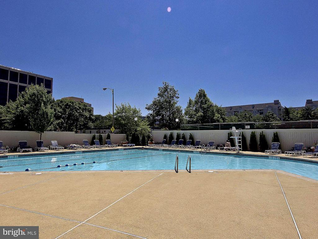 Community pool - 1530 KEY BLVD #410, ARLINGTON