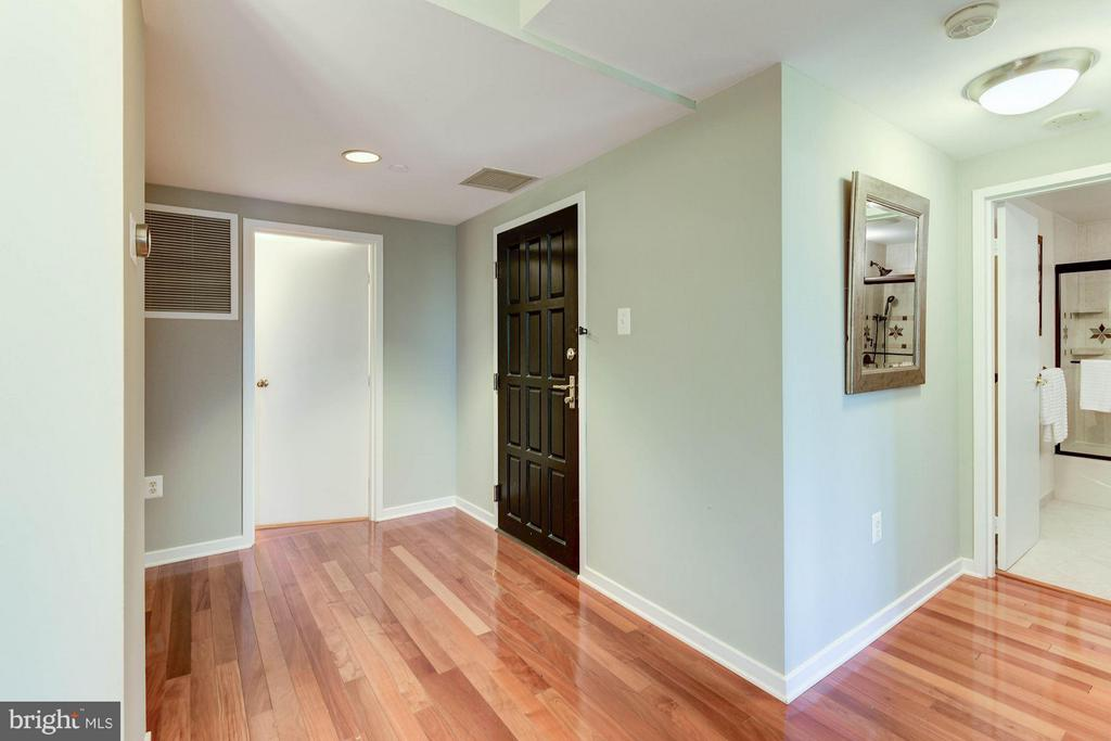 A welcoming foyer area. Two closets upon entry. - 1530 KEY BLVD #410, ARLINGTON