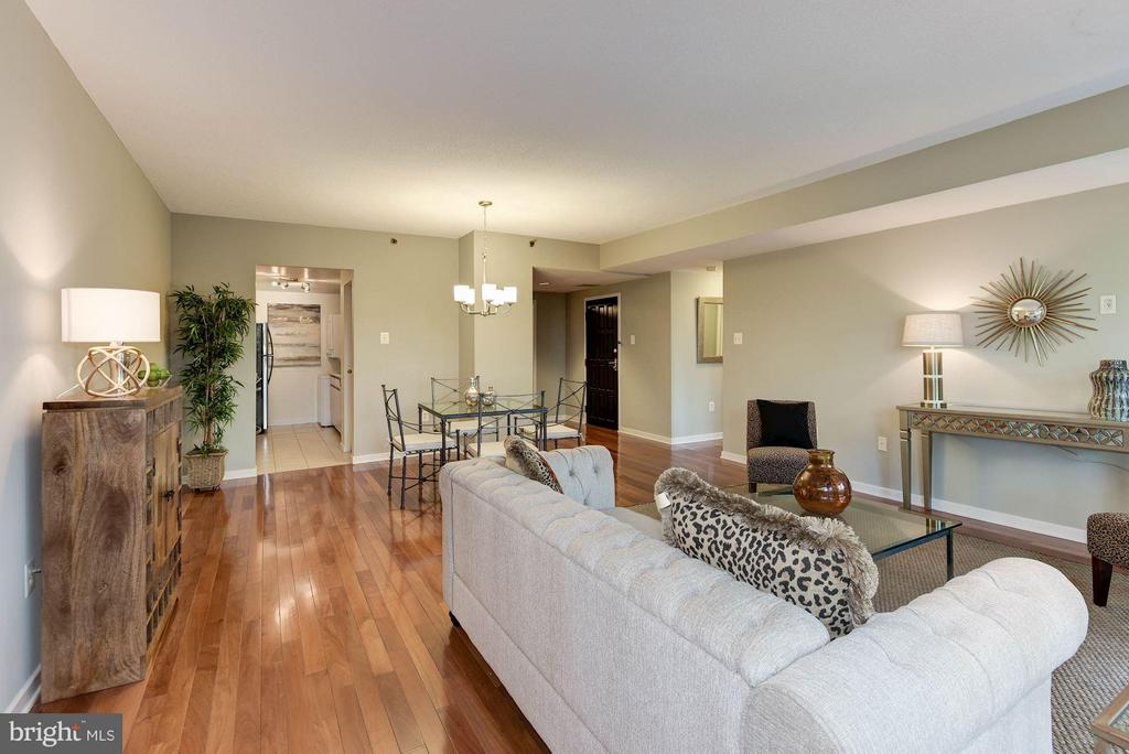 The living room receives excellent natural light - 1530 KEY BLVD #410, ARLINGTON