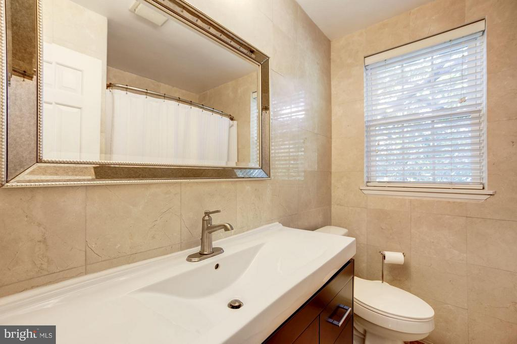Upper Level Full Bath - 4672 36TH ST S #B, ARLINGTON