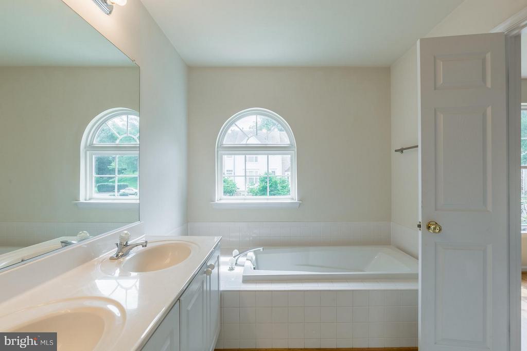Bath (Master) - 15437 BEACHLAND WAY, DUMFRIES