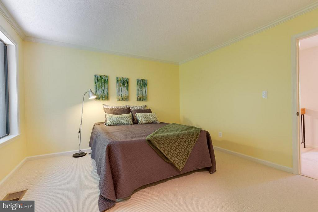 Large master bedroom with views of rear yard - 2104 CARTWRIGHT PL, RESTON