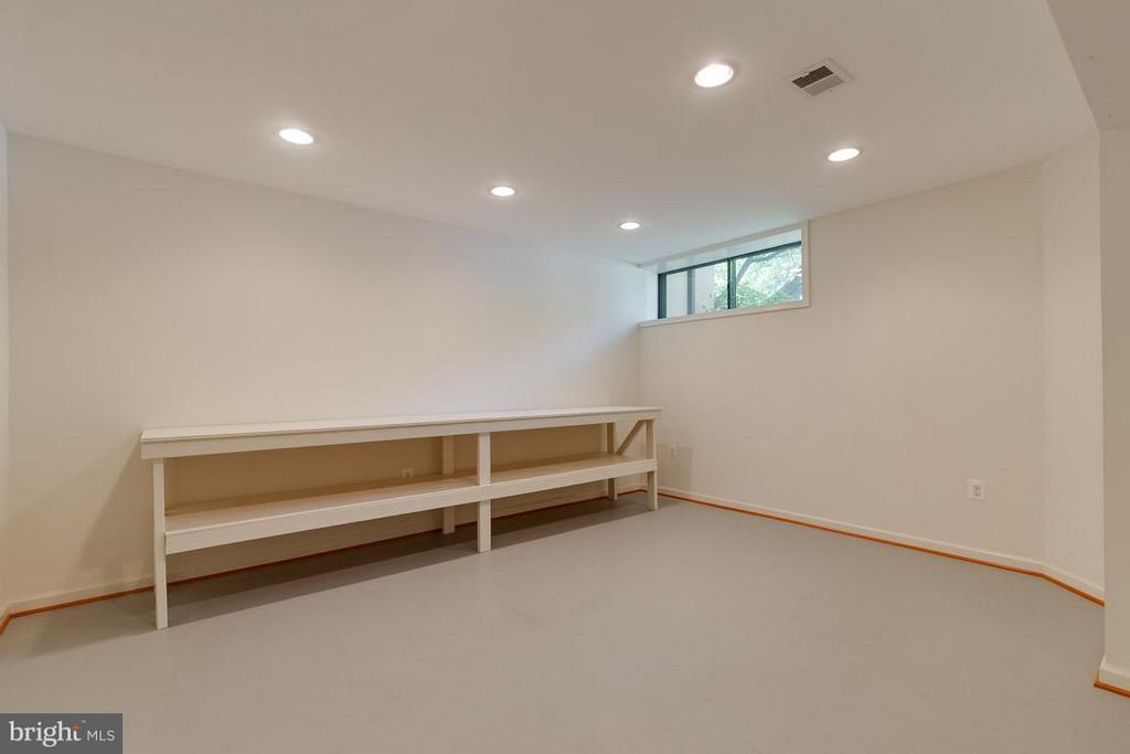 Perfect for workout room, crafts or workshop - 2104 CARTWRIGHT PL, RESTON