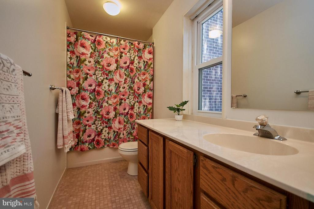 Full Upstairs Hall Bath - 11462 LINKS DR, RESTON