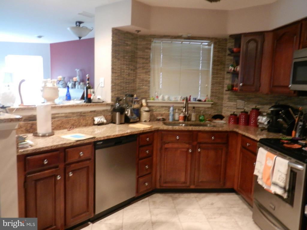 Kitchen open to Living Area - 5612 WILLOUGHBY NEWTON DR #16, CENTREVILLE