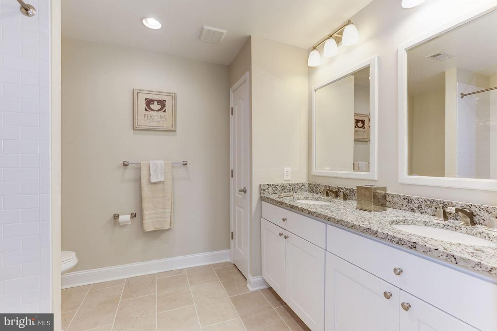Bath - 4812 VILLAGE DR, FAIRFAX