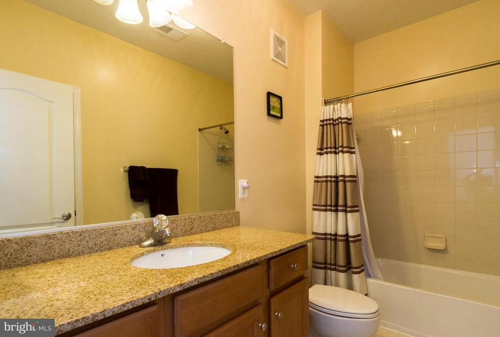 2nd Full Bath in upstairs hallway - 19323 DIAMOND LAKE DR, LEESBURG
