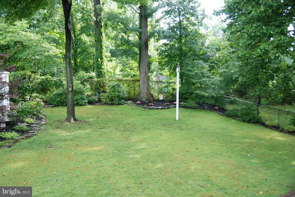 Large, level back yard - 1416 ROSS DR SW, VIENNA