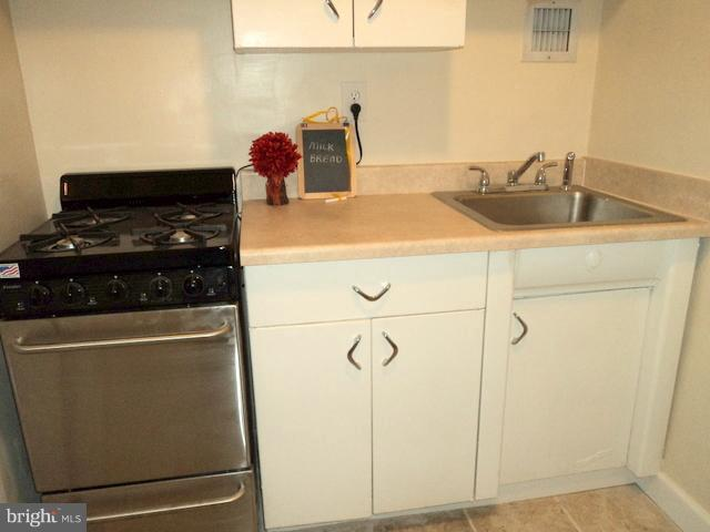 Kitchen w/ Gas Range - 1021 ARLINGTON BLVD #1017, ARLINGTON