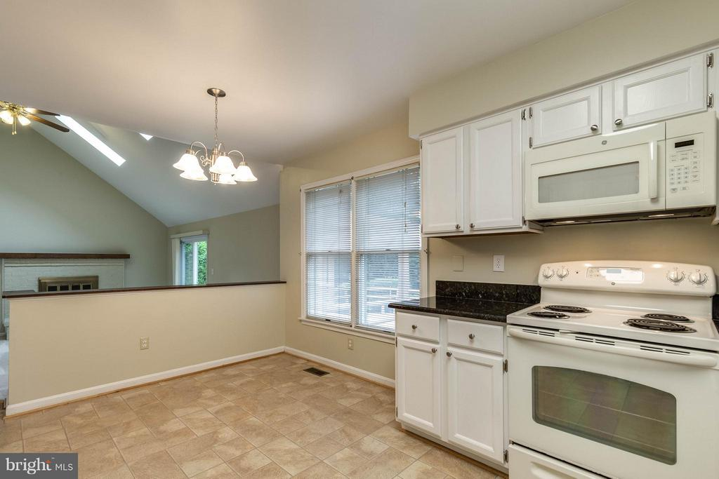 Huge space for a kitchen table to dine with family - 9820 WESTWOOD MANOR CT, BURKE